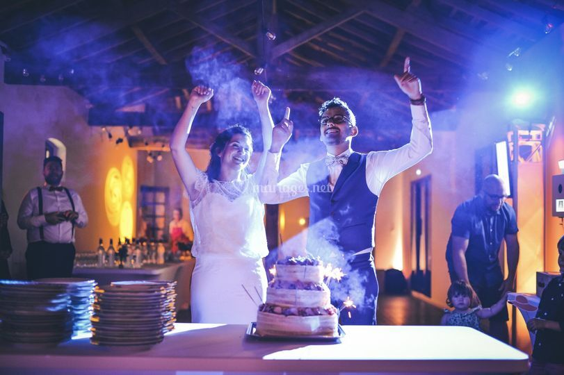 Mariés devant le gâteau
