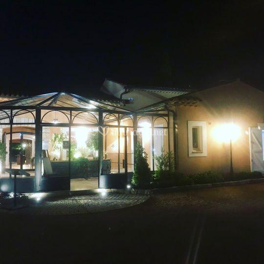 Entrée restaurant illuminé