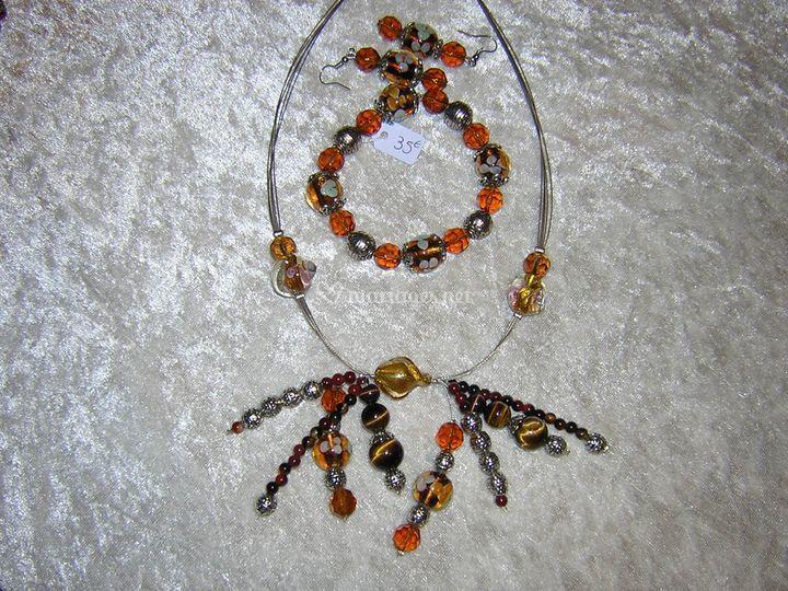 Collier araignée : perles de verre, cristal, oeil de chat