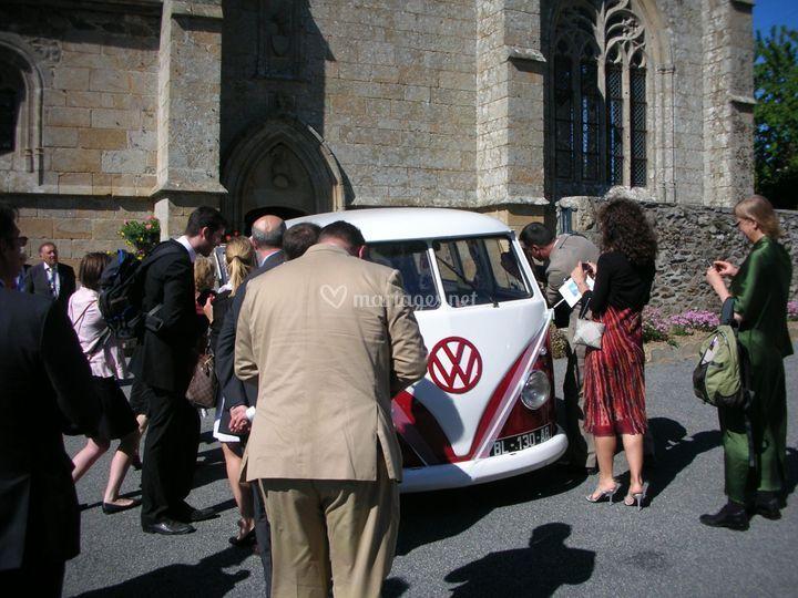 Combi vw devant l'église