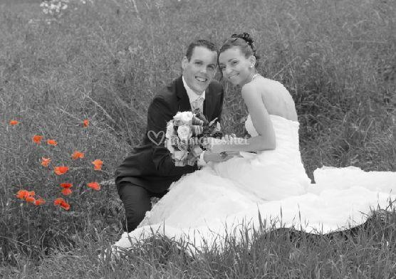 Mariée et le marié dans le jardin