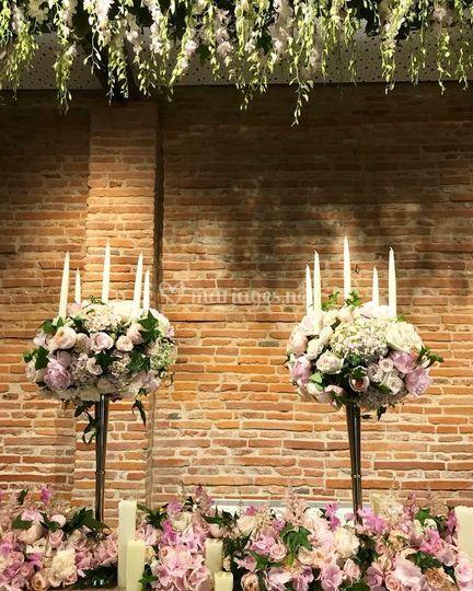 Chandelier et table fleurie