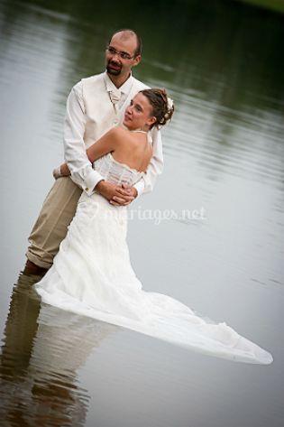 Mariée et le marié dans l'eau