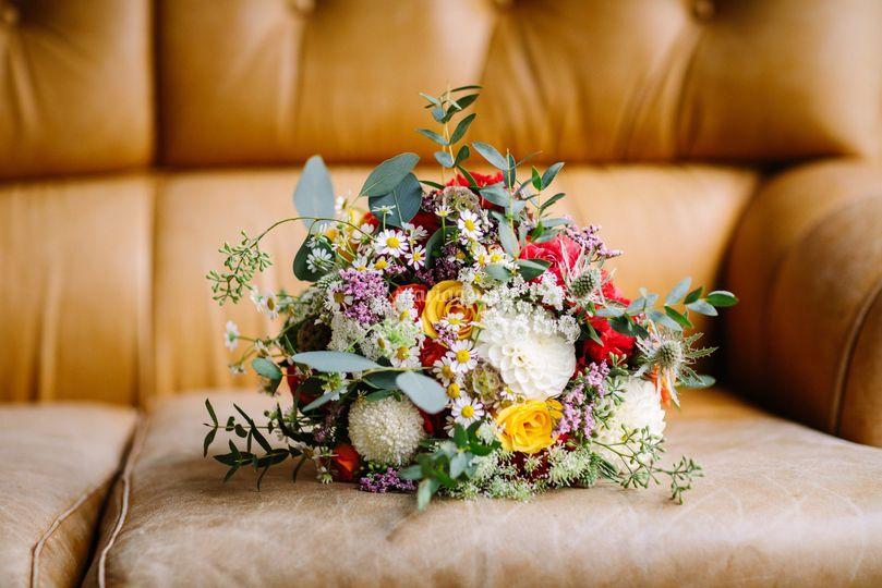 Bouquet de mariée sur canapé