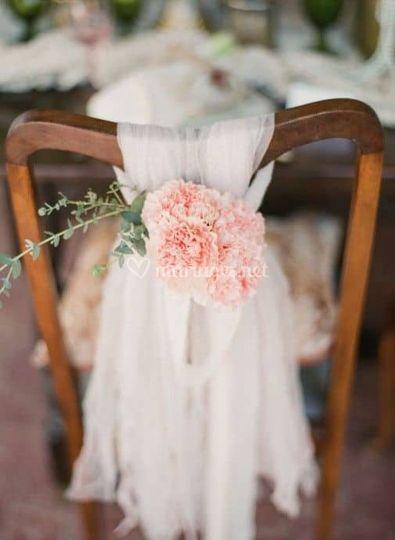 Chaises invités tulle & fleurs