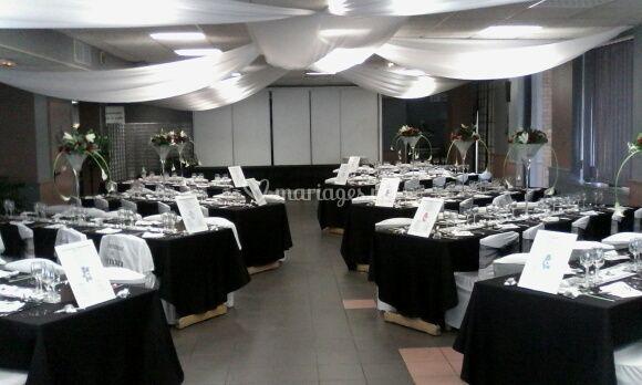 Salle de réception noire et blanche