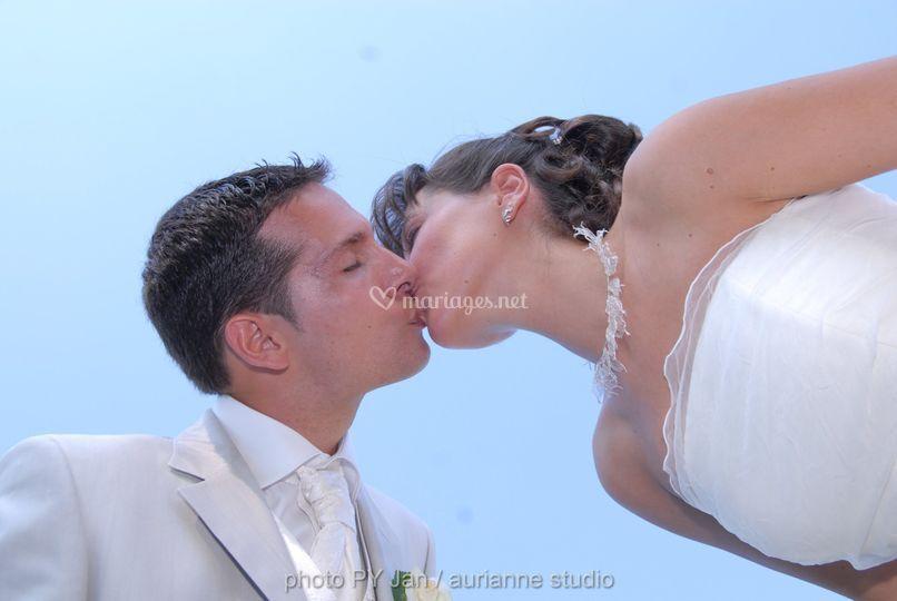 Le baiser azuré des mariés