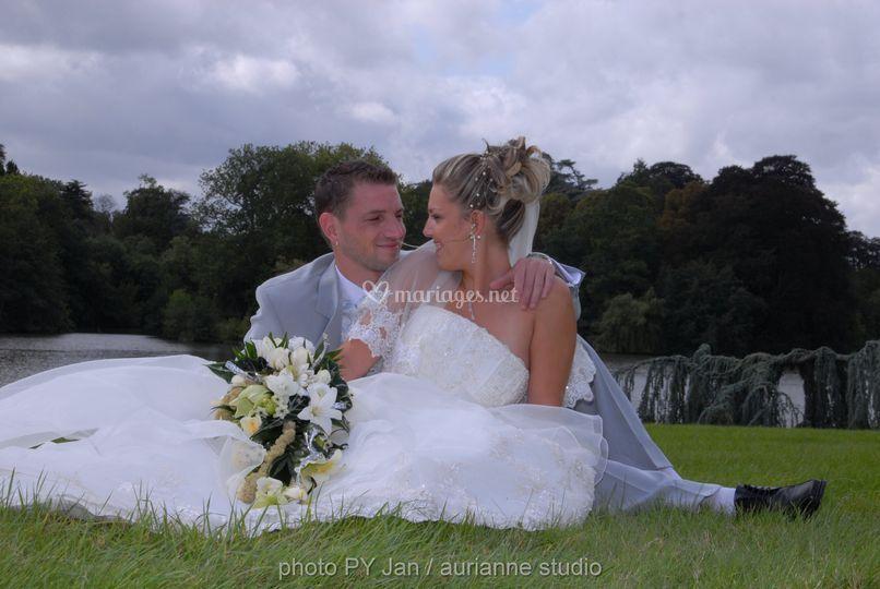 Pause des mariés dans l'herbe