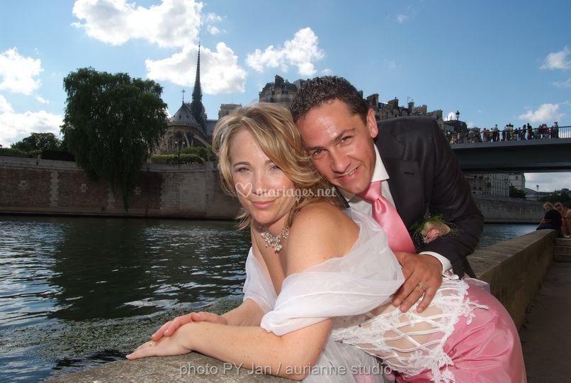 Les mariés le long de la Seine