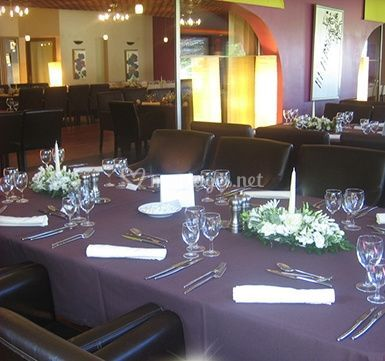 Table dressée et centres de table fleuris