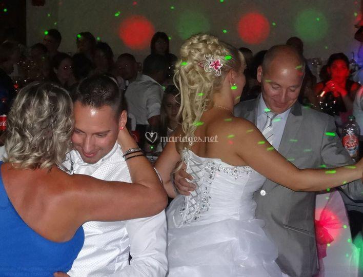 Les mariés entrent dans la danse