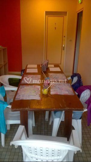 Table avec peinture et dessins