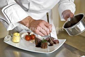 Mise en  place de l'assiette par le chef