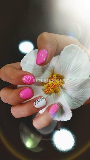 Ongles en gel blanc et rose
