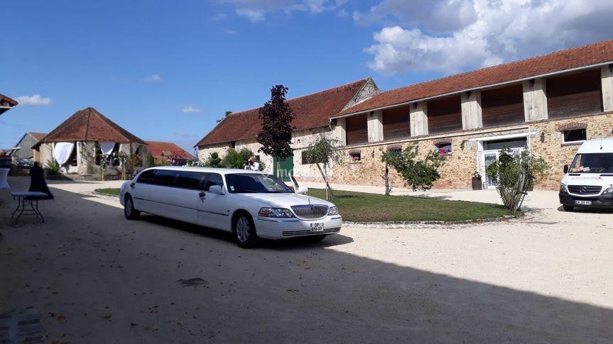 Entrée des mariés en limousine