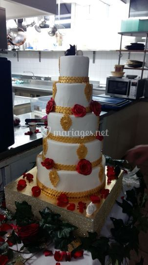 Wedding cake or et rose rouge