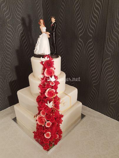 Wedding cake chute rose rouge