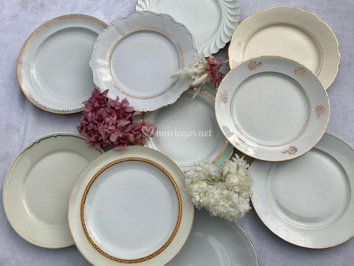 Assiettes blanches et dorées