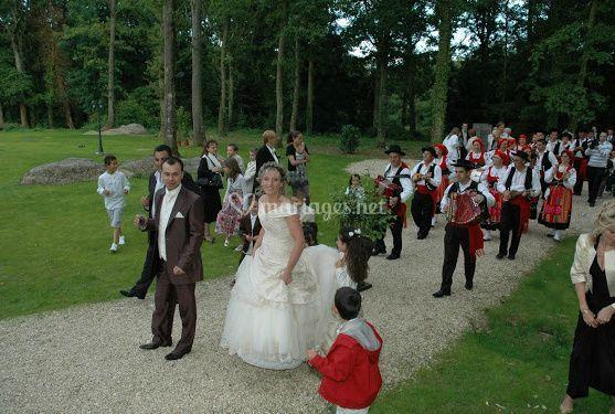 Des mariés avec folkore