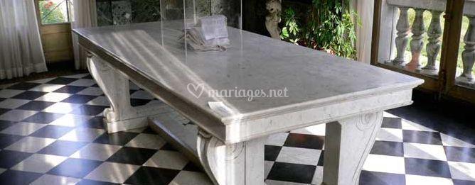 Imposante table de pierre