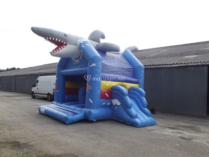 Château gonflable requin de côté