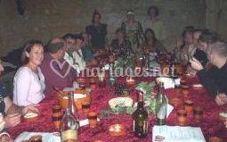 Table ronde avec son chemin de table de dame clotilde photos for Idee repas reception amis