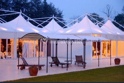 Magnifiques tentes et sol blanc dans le jardin de nuit