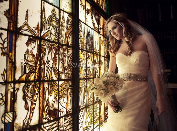 Claudia devant les vitraux