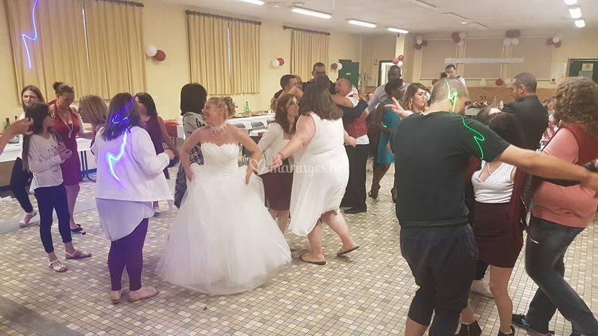 La mariée s'amuse