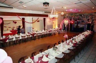 Tables en enfilade avec décoration blanche et bordeaux