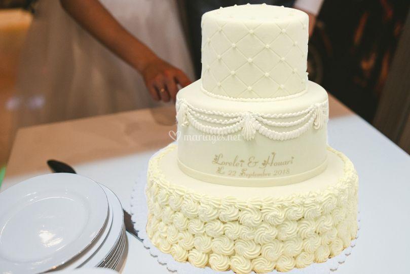 Couper le gâteau de mariage