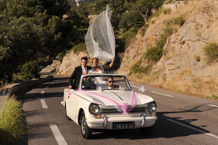 Photo de couple en voiture