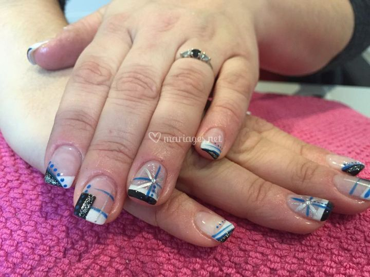 French noir et blanc avec nail art bleu argent