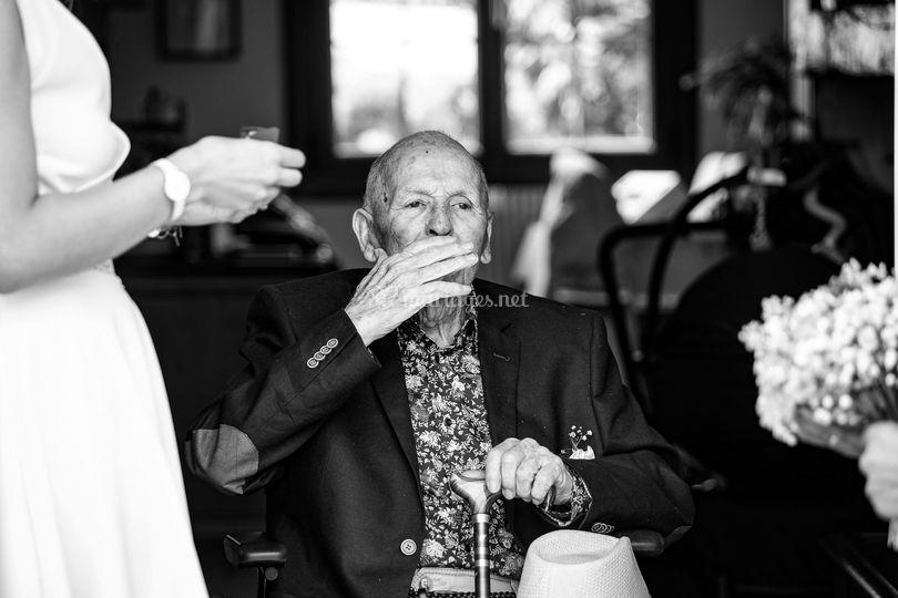 Un grand père heureux