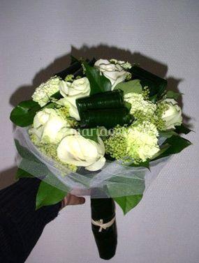 Bouquet de fleurs blanches rondes