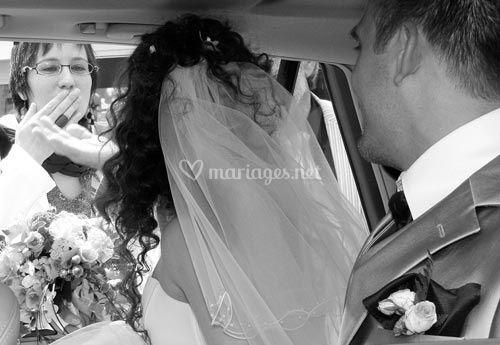 © Yann Wolfs - les mariés dans la voiture