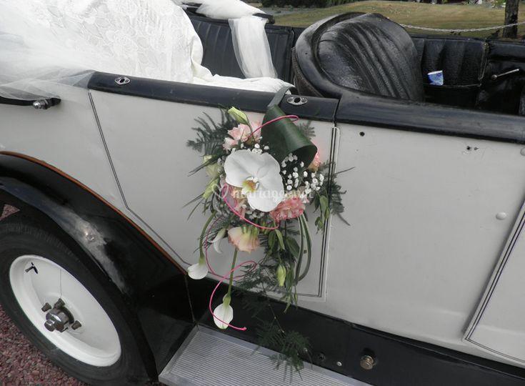 Fleurs à la porte de la voiture