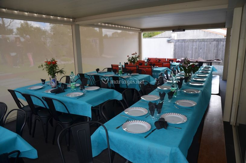 Repas sous toit terrasse