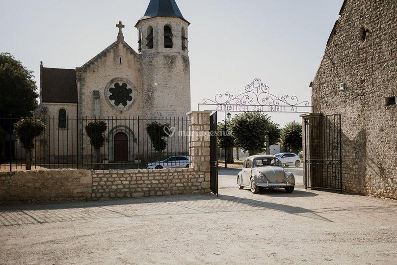 L'entrée face à l'église