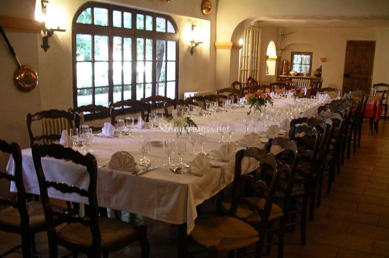 Table dressée pour réception