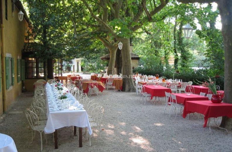 Tables prêtes pour recevoir les invités