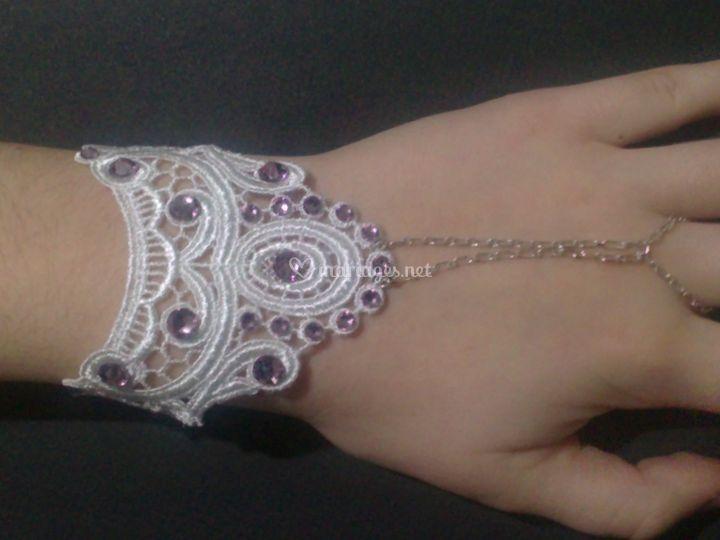 Bijoux de main dentelle et cri
