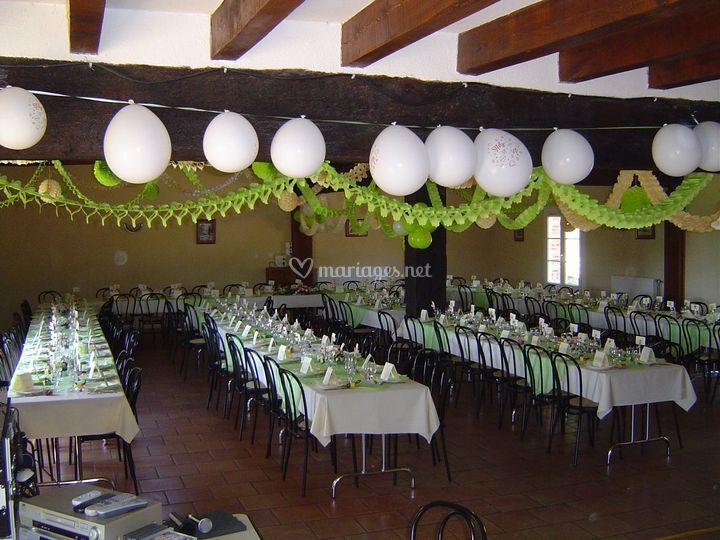 Salle avec tables rectangles