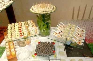 Buffet d'amuses-bouches et cuillères sur un socle en verre