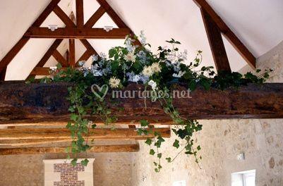 Décoration florale sur une des poutres apparentes