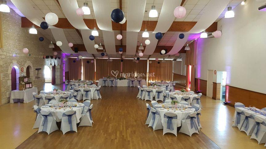 Salle mariage bleu fleurs