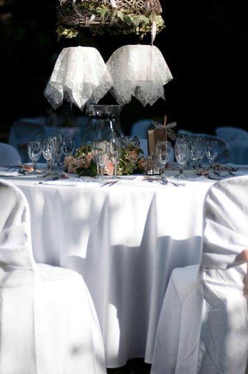 Table ronde et son lustre