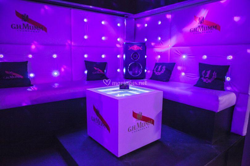 Table VIP surelevée à coté DJ