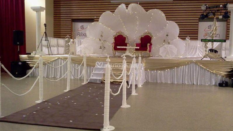Trône et chaises mariés