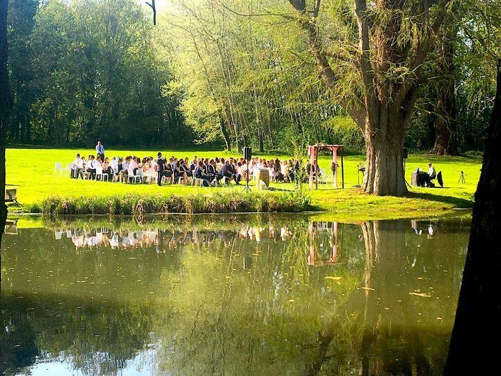 Cérémonie au bord de l'étang